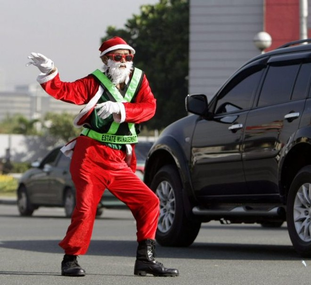 Cảnh sát giao thông biến thành ông già Noel ảnh 2