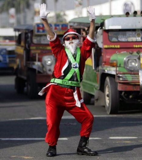 Cảnh sát giao thông biến thành ông già Noel ảnh 1