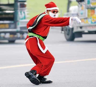 Cảnh sát giao thông biến thành ông già Noel ảnh 3
