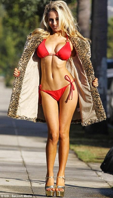 Courtney Stodden diện bikini dạo phố mùa đông ảnh 4
