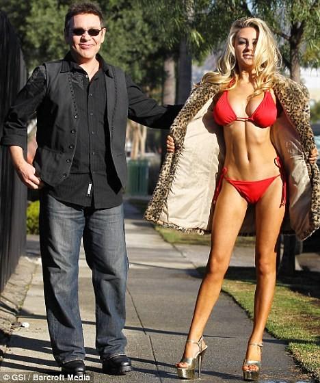 Courtney Stodden diện bikini dạo phố mùa đông ảnh 2