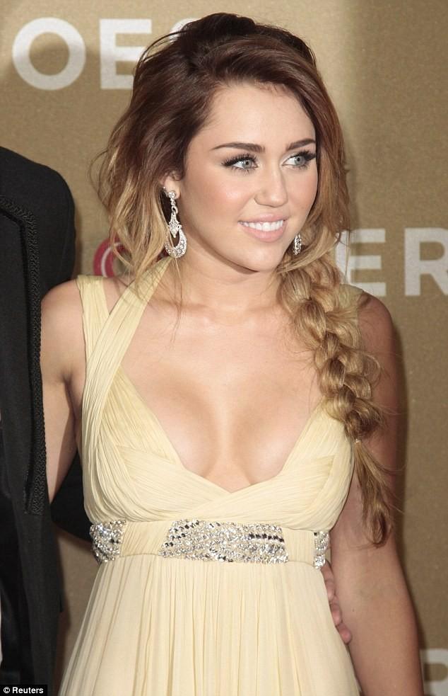 Miley Cyrus bác bỏ tin đồn bơm ngực ảnh 4