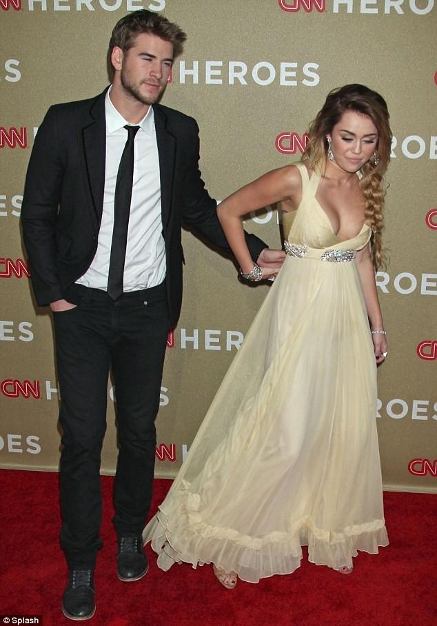 Miley Cyrus bác bỏ tin đồn bơm ngực ảnh 3