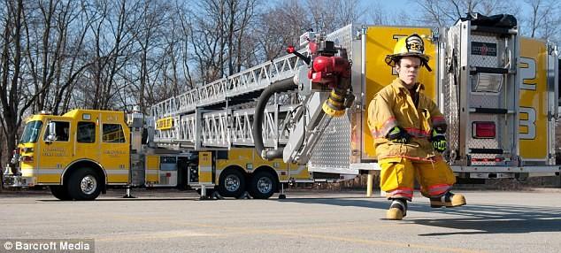 Gặp gỡ lính cứu hỏa bé nhất thế giới ảnh 5