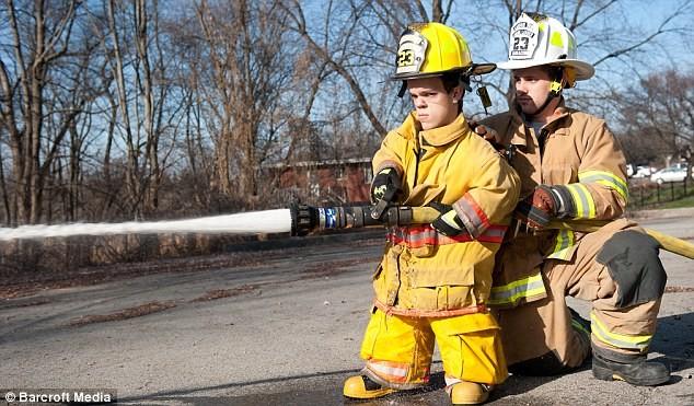 Gặp gỡ lính cứu hỏa bé nhất thế giới ảnh 2