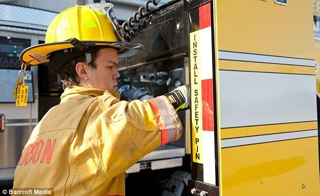 Gặp gỡ lính cứu hỏa bé nhất thế giới ảnh 3