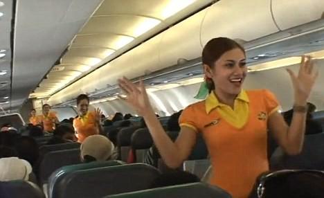 Tiếp viên hàng không nhảy múa tưng bừng trên máy bay ảnh 3