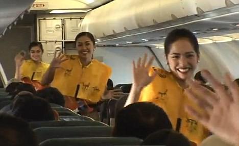 Tiếp viên hàng không nhảy múa tưng bừng trên máy bay ảnh 2
