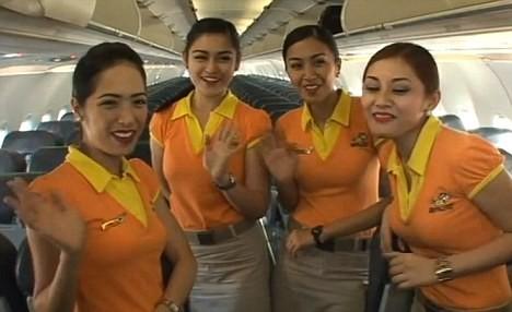 Tiếp viên hàng không nhảy múa tưng bừng trên máy bay ảnh 1