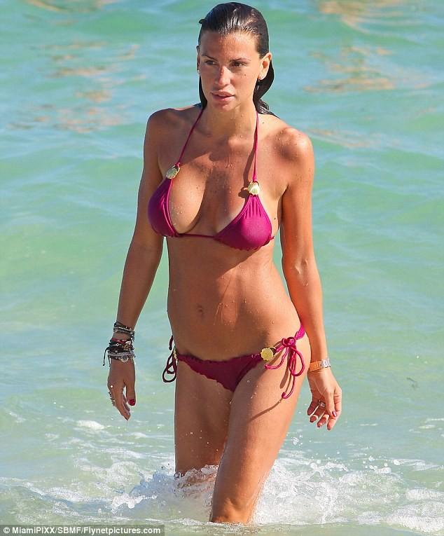Claudia Galanti thay bikini liên tục tại bãi biển Miami ảnh 4