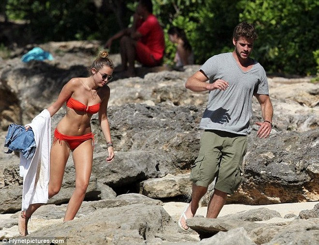 Miley Cyrus diện biniki tình tứ bên bạn trai ảnh 2