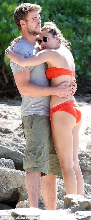 Miley Cyrus diện biniki tình tứ bên bạn trai ảnh 3