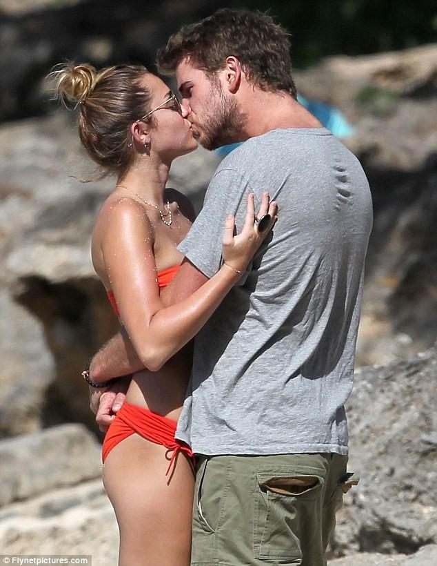Miley Cyrus diện biniki tình tứ bên bạn trai ảnh 5