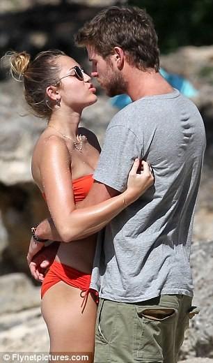 Miley Cyrus diện biniki tình tứ bên bạn trai ảnh 15