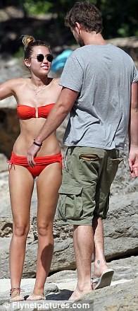 Miley Cyrus diện biniki tình tứ bên bạn trai ảnh 16