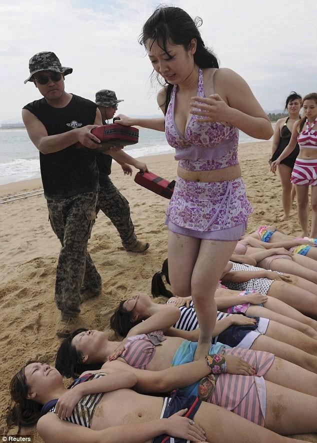 Hoảng hồn với cách huấn luyện vệ sĩ nữ ở Trung Quốc ảnh 7