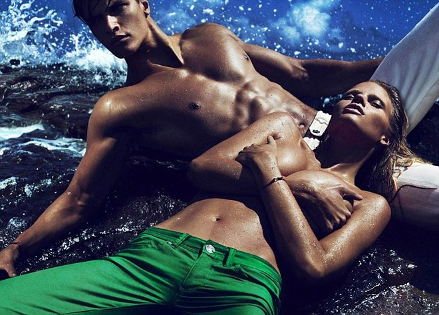 Siêu mẫu Lara Stone khoe ngực trần cho Calvin Klein ảnh 3