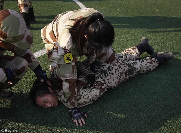 Tiếp tục hình ảnh kinh hoàng huấn luyện nữ vệ sĩ Trung Quốc ảnh 3
