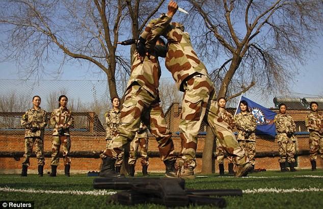 Tiếp tục hình ảnh kinh hoàng huấn luyện nữ vệ sĩ Trung Quốc ảnh 7