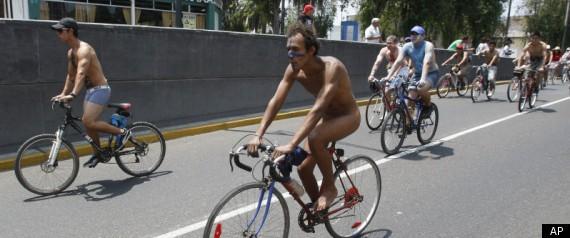 Hàng trăm người khỏa thân đạp xe quanh thành phố ảnh 1