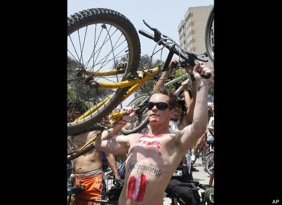 Hàng trăm người khỏa thân đạp xe quanh thành phố ảnh 2