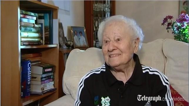 Cụ bà 100 tuổi rước đuốc tại Olympics London 2012 ảnh 1