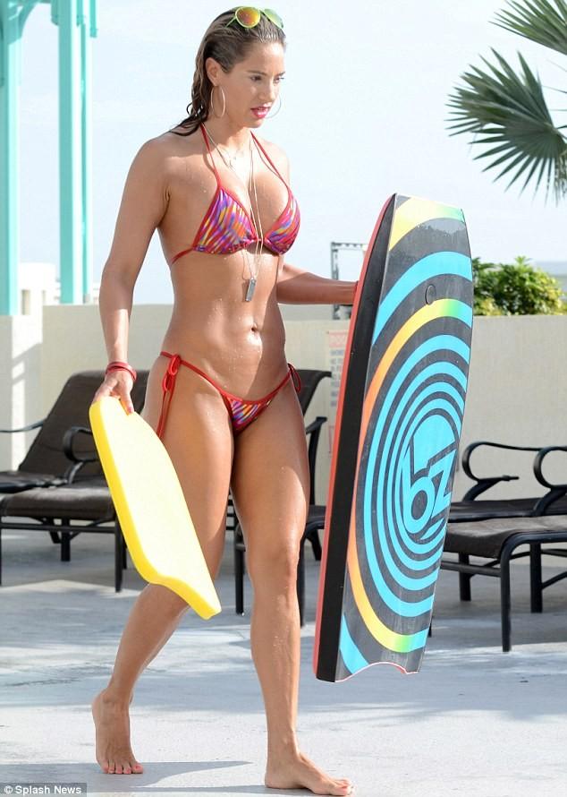 Jennifer Nicole Lee thản nhiên cởi bikini giữa bể bơi ảnh 4