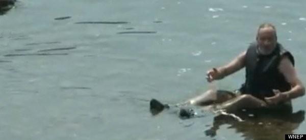 Đang bơi trên sông, bị tưởng nhầm là chết đuối ảnh 1