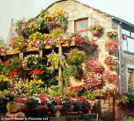 Kỳ thú ngôi nhà được bao phủ bởi hoa tươi ảnh 4
