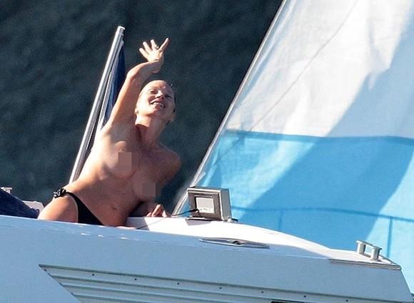 Kate Moss thản nhiên để ngực trần tắm nắng ảnh 1