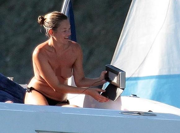 Kate Moss thản nhiên để ngực trần tắm nắng ảnh 3