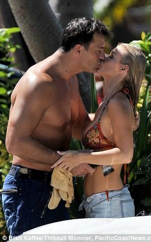 Joanna Krupa diện bikini tình tứ bên hôn phu ảnh 2