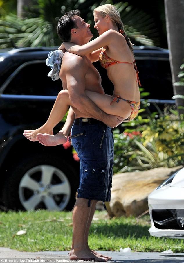 Joanna Krupa diện bikini tình tứ bên hôn phu ảnh 5