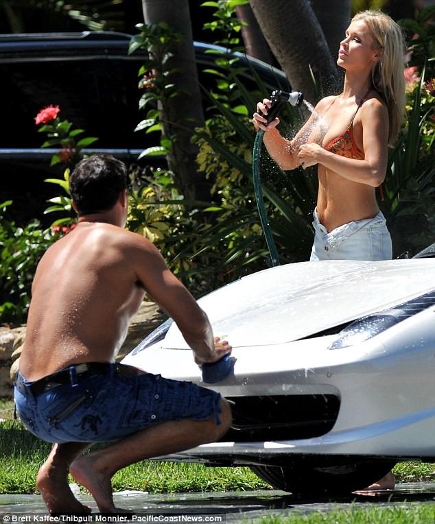 Joanna Krupa diện bikini tình tứ bên hôn phu ảnh 6