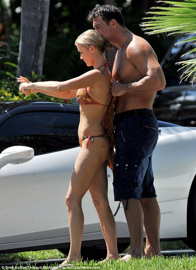 Joanna Krupa diện bikini tình tứ bên hôn phu ảnh 7