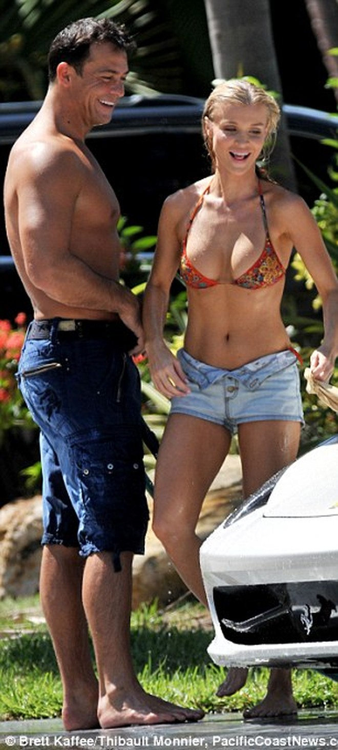 Joanna Krupa diện bikini tình tứ bên hôn phu ảnh 9