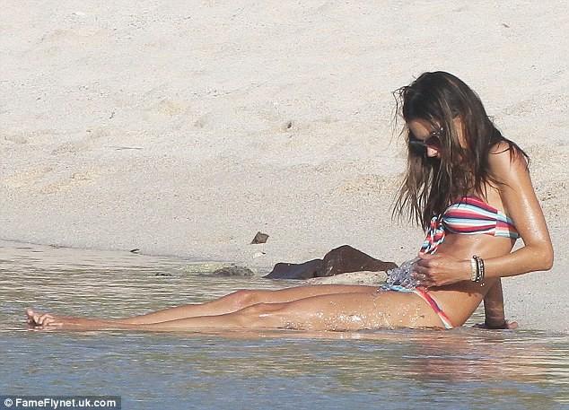 Alessandra Ambrosio xộc xệch diện bkini ảnh 9