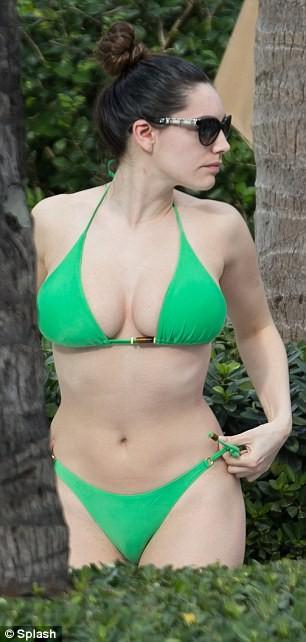 Hành động lạ kỳ của Kelly Brook với bộ ngực khủng bên bể bơi ảnh 2