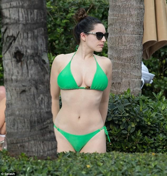 Hành động lạ kỳ của Kelly Brook với bộ ngực khủng bên bể bơi ảnh 7