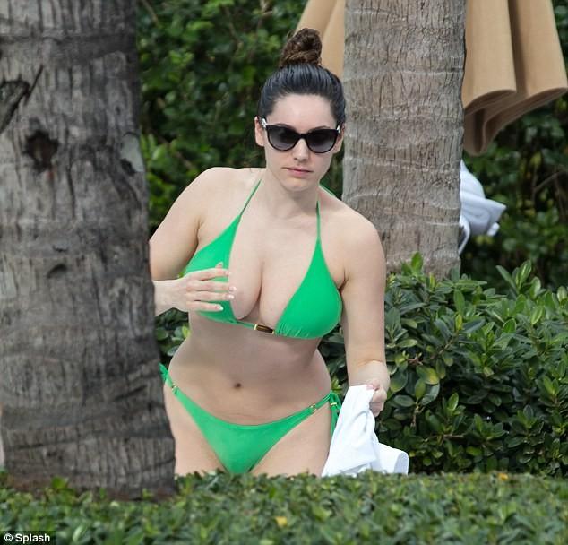 Hành động lạ kỳ của Kelly Brook với bộ ngực khủng bên bể bơi ảnh 5