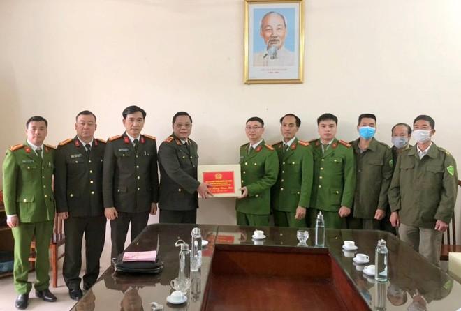 Giám đốc CATP Hà Nội kiểm tra công tác ứng trực của các đơn vị Công an tại huyện Ba Vì ảnh 2