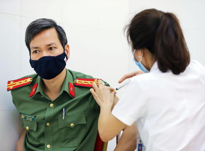 Cận cảnh hình ảnh tiêm vaccine phòng Covid-19 tại Bệnh viện 19-8 ảnh 5