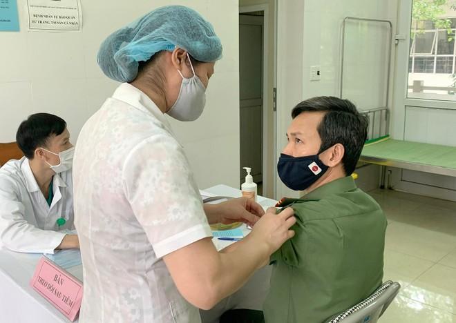 Cận cảnh hình ảnh tiêm vaccine phòng Covid-19 tại Bệnh viện 19-8 ảnh 3