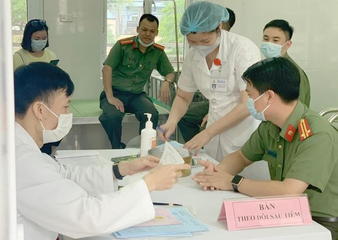 Cận cảnh hình ảnh tiêm vaccine phòng Covid-19 tại Bệnh viện 19-8 ảnh 6