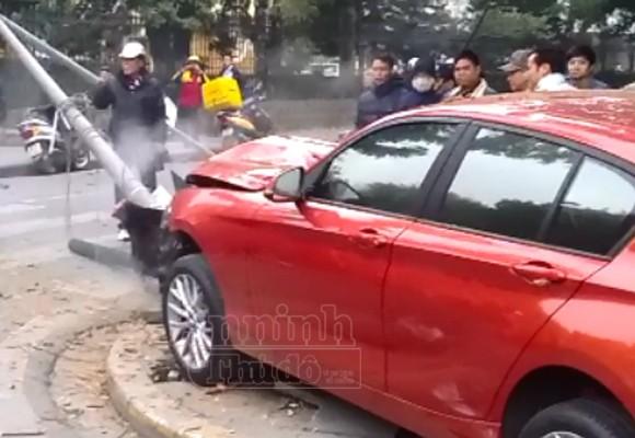 Nữ tài xế lái BMW đâm nát cột đèn ảnh 2