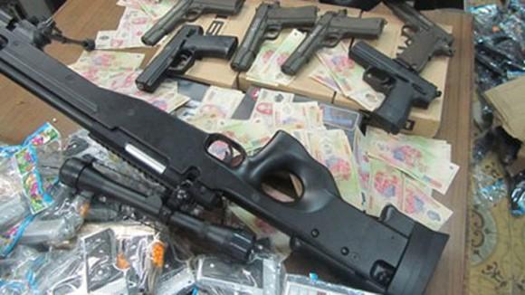Xe tải chở gần 1.000 khẩu súng nhựa ảnh 1