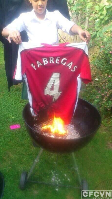 Fan Arsenal phẫn nộ trước thông tin Cesc Fabregas gia nhập Chelsea ảnh 2
