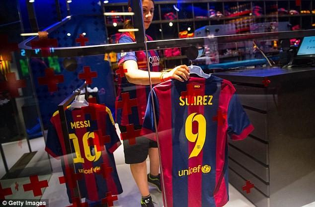 Luis Suarez đã tới Tây Ban Nha để hoàn tất hợp đồng với Barcelona ảnh 3