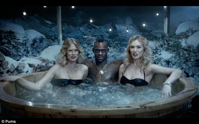 Balotelli và Usain Bolt lại đắm mình cùng những người đẹp ảnh 2