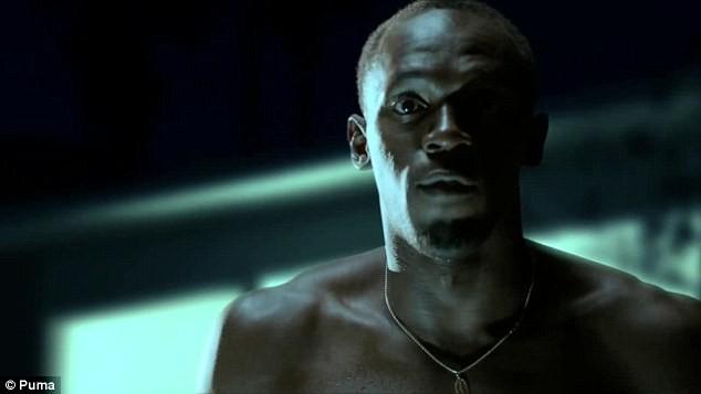 Balotelli và Usain Bolt lại đắm mình cùng những người đẹp ảnh 3